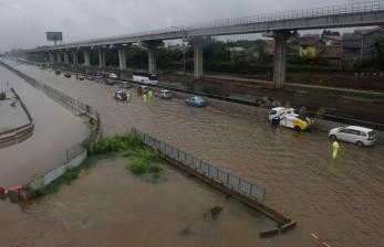 Kondisi Terkini Tol Jakarta-Cikampek yang Terendam Banjir