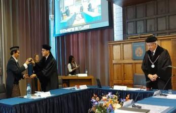 Mahasiswa Indonesia Pakai Sarung Saat Ujian S3 di Belanda