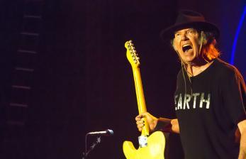 Neil Young Tulis Surat Terbuka untuk Donald Trump