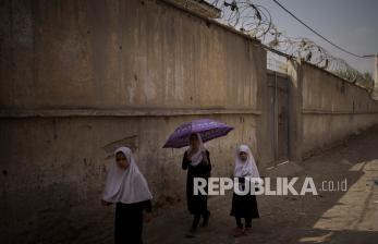 Siswi Ragukan Janji Taliban Buka Sekolah Khusus Perempuan