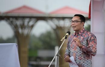 Gubernur Jabar Ridwan Kamil memberikan sambutan saat peresmian Alun-Alun Sorong, Papua, Jumat (1/10).