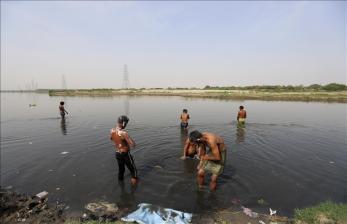 Puluhan Jenazah Ditemukan Mengambang di Sungai Gangga, India