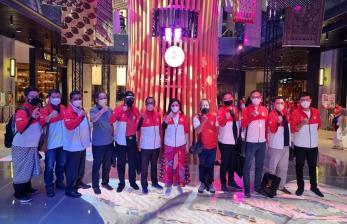 Ketua Dewan Pembina Pengurus Provinsi Wushu DKI Jakarta Yanti Airlangga (enam dari kanan) bersama atlet wushu DKI Jakarta peraih medali di PON XX Papua, Sabtu (16/10).