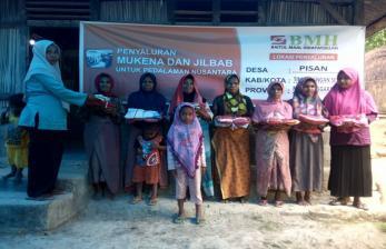 BMH Salurkan Mukena & Jilbab untuk Muslimah di Pedalaman NTT