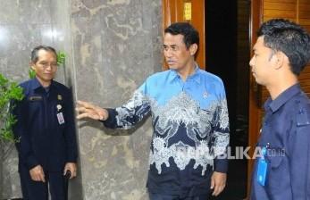 Menteri Pertanian Andi Amran Sulaiman sebelum menghadiri rapat tertutup dengan Kementerian Perdagangan (Kemendag) dan Kementerian Badan Usaha Milik Negara (BUMN) di Gedung Kementerian Pertanian, Jakarta, Selasa (31/5). (Republika/Agung Supriyanto)