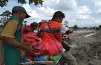Meski Berlumpur, Rumah Zakat Tetap Salurkan Bantuan