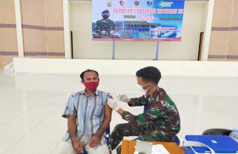 TNI Jemput Bola Vaksinasi di Biak