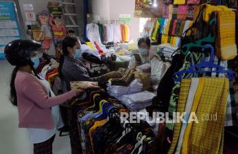 In Picture: Pedagang Sektor Non Esensial Kembali Buka di Denpasar