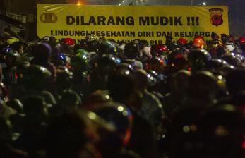 In Picture: Pemudik Motor Terjebak Kemacetan di Subang
