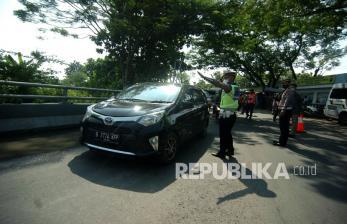 Polisi Putar Balik Arah Ratusan Kendaraan di Kediri