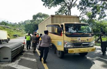 Polisi Putar Balik Kendaraan Pemudik di Tasikmalaya