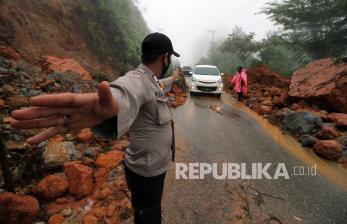 Longsor Tutup Akses Jalan Majene-Mamuju Sulbar