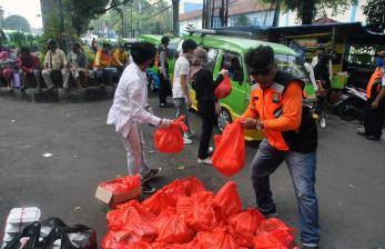Puluhan Sopir Angkot di Kediri Dapat Paket Bahan Pokok