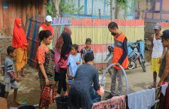 Relawan Nusantara Salurkan Air Bagi Korban Banjir Bima NTB