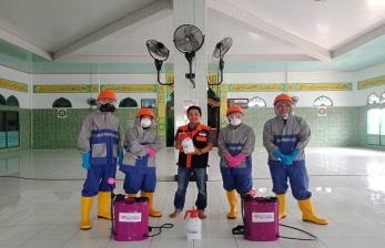 Cegah Wabah Corona, Relawan Semprot Disinfektan ke Masjid