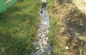 Saluran Air di Jalan Pangeran Jayakarta Bekasi Tersumbat