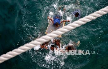 In Picture: Anak-anak Papua Barat Bermain di Dermaga