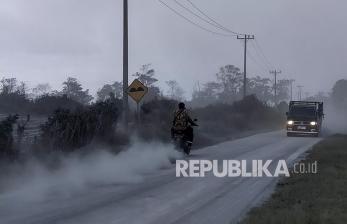 In Picture: Pascaerupsi Sinanbung, Jalanan Diselimuti Abu Vulkanik