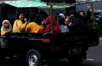 In Picture: Pemeriksaan Kendaraan di Pos Penyekatan Perbatasan Bekasi