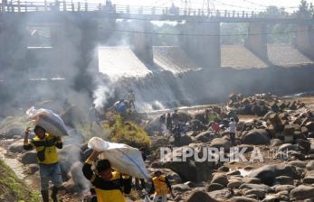 In Picture: Aksi Bersih-bersih Kali Ciliwung di Bendung Katulampa