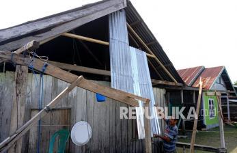 Angin Puting Beliung Rusak Belasan Rumah Warga di Mamuju