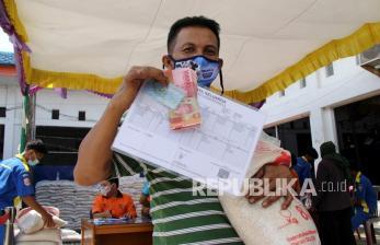 In Picture: Bansos dan Bantuan Beras bagi warga di Dumai dan Padang