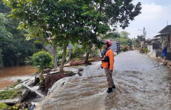 Banjir Akibat Longsoran Turap di Ciputat Mulai Surut