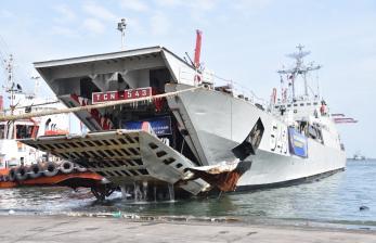KRI Teluk Cirebon-543 Bawa 150 Ton Bantuan ke Sulbar