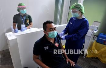 Petugas Bandara Bali Jalani Vaksinasi Tahap Dua