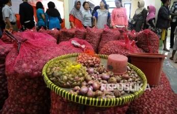 Warga memadati gerai bawang merah saat pembukaan Toko Tani Indonesia (TTI) di kawasan Pasar Minggu, Jakarta, Rabu (15/6).  (Republika/ Agung Supriyanto)
