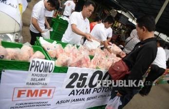 Warga membeli ayam potong murah di stand Forum Masyarakat Pengunggasan Indonesia (FMPI) bersamaan dengan Gelar Pangan Murah Kementerian Pertanian di Pasar Bendungan Hilir, Ahad (5/6). (Republika/Wihdan)