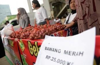 Warga membeli bawang merah murah saat Gelar Pangan Murah yang diadakan oleh Kementerian Pertanian di Pasar Bendungan Hilir, Jakarta, Ahad (5/6). (Republika/Wihdan)