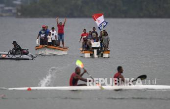 In Picture: Warga Antusias Tonton Perlombaan Dayung PON XX Papua