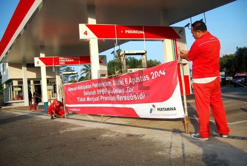Petugas SPBU memasang spanduk pemberitahuan larangan penjualan BBM bersubsidi di rest area KM 34 jalan tol Jagorawi, Bogor, Rabu (6/8). (Republika/Raisan Al Farisi)