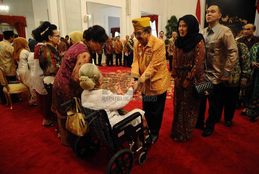 Barisan Keluarga ahli waris (kiri) menerima ucapan selamat saat pemberian gelar Pahlawan Nasional kepada 4 pejuang di Istana Merdeka, Jakarta, Jumat (7/11). (Republika/Tahta Aidilla)