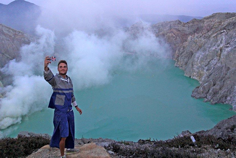 Wisatawan mengabadikan momen di kaldera kawah Gunung Ijen Banyuwangi, Jawa Timur, Ahad (22/10).