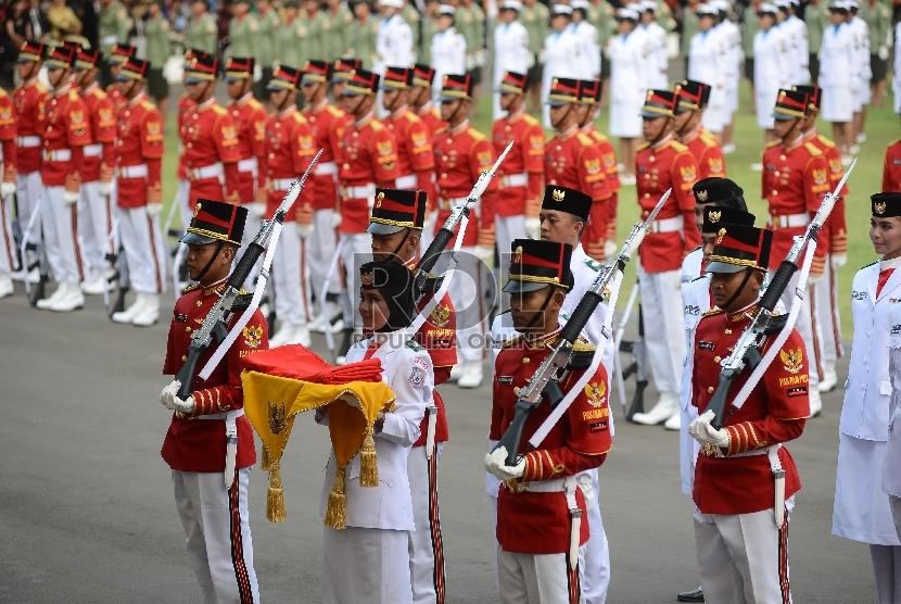 Anggota Paskibraka membawa bendera pusaka saat Upacara Peringatan Detik-detik Proklamasi 17 Agustus di Halaman Istana Merdeka, Jakarta, Senin (17/8).  (Republika/Raisan Al Farisi)