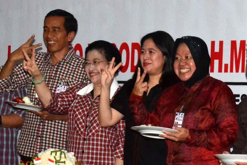 (dari kiri) Capres Joko Widodo, Ketua Umum DPP PDIP Megawati Soekarno Putri, Ketua Bapiu DPP PDIP Puan Maharani dan Fungsionaris PDIP Tri Risma Harini mengacungkan kedua jari usai Selametan Kampanye dan Rapat Koordinasi Nasional di Kantor DPP PDIP, Jakarta