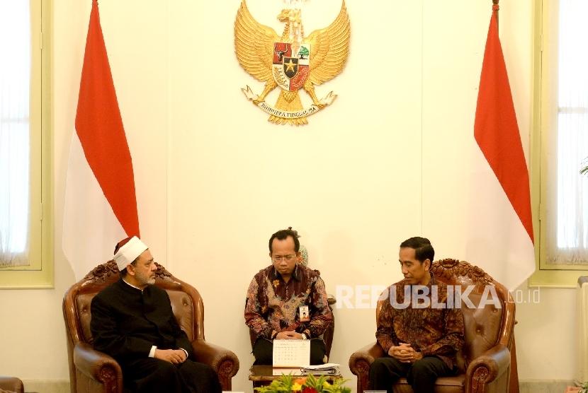 (dari kiri) Grand Syekh Al Azhar Prof. Dr. Syekh Ahmad Muhammad Ahmad Ath-Thayyeb bersama Presiden RI Joko Widodo saat pertemuan tertutup di Istana Merdeka, Jakarta, Senin (22/2).