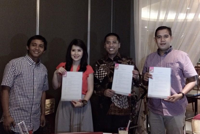 (Dari kiri ke kanan) Raja Juli Antoni, Grace Natalie, Hendri Arnis, dan Ari Prima, sekretaris DPW PSI Sumbar.