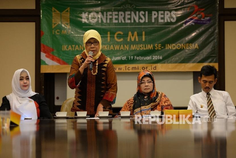Ketua Koordinasi bidang Pemberdayaan Perempuan dan Perlindungan Anak ICMI Andi Yuliani Paris (kedua kiri) saat menggelar konferensi pers terkait sikap ICMI terhadap LGBT di Jakarta, Jumat (19/2). (Republika/Wihdan)
