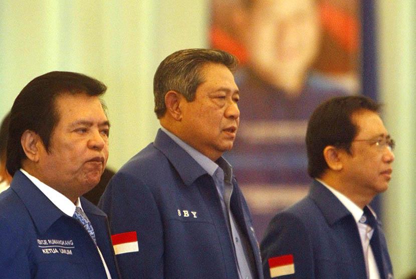 Ketua Umum Forum Komunikasi Pendiri dan Deklarator (FKPD) Partai Demokrat Ventje Rumangkang, Ketua Dewan Pembina Partai Demokrat Susilo Bambang Yudhoyono, dan Wakil Ketua Dewan Pembina Partai Demokrat Marzuki Alie (dari kiri ke kanan).