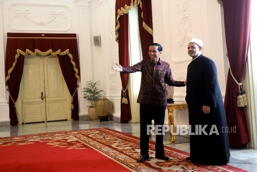 (dari kiri) Presiden RI Joko Widodo menyambut kedatangan Grand Syekh Al Azhar Prof. Dr. Syekh Ahmad Muhammad Ahmad Ath-Thayyeb bersama rombongan di Istana Merdeka, Jakarta, Senin (22/2). (Republika/Wihdan)