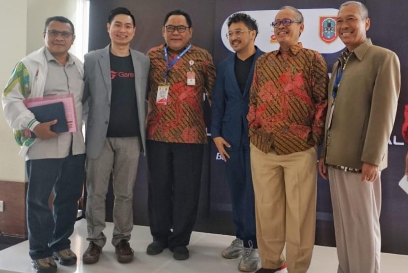 (dari kiri) Prof. Adang Suherman, Raden Isnanta, dan Giring Nidji di sela acara simposium membahas E-Sport dalam olahraga Indonesia.