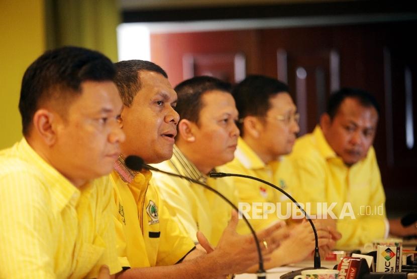 (dari kiri) Sejumlah perwakilan Generasi Muda Partai Golkar (GMPG) Ace Hasan Sadzily, Melki Lakalena, Andi Sinulingga, Ahmad Doli Kurnia, dan Sirajuddin Abdul Wahab (Ilustrasi)