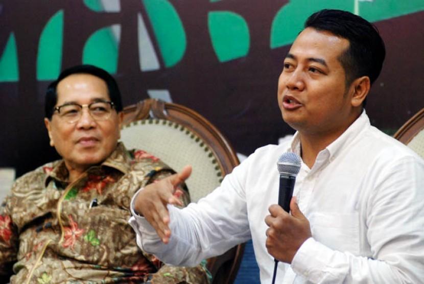 Pengamat poitik Adi Prayitno (kanan)
