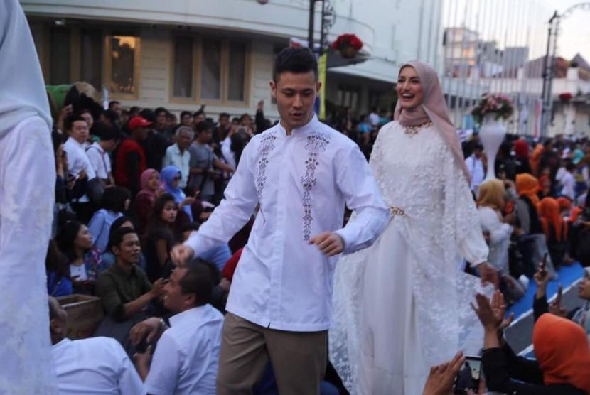 //Fashion Show On The Street// dari //brand// busana muslim ternama, Shafira dan Mezora turut memeriahkan acara Buka Bareng On the Street (Bubos) yang digelar Pemerintah Kota Bandung, Sabtu (17/6).