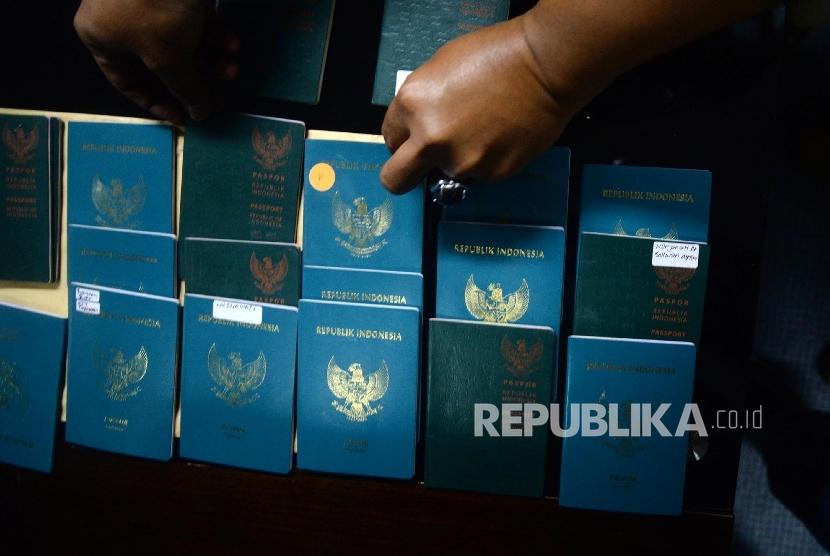 [ilustrasi] Paspor milik pekerja migran Indonesia. KJRI di Kuching menyatakan pencatan perkawinan perlu mendapat perhatian, termasuk dalam hal pemberian hak-hak yang harus didapat para PMI sebagai warga Indonesia.