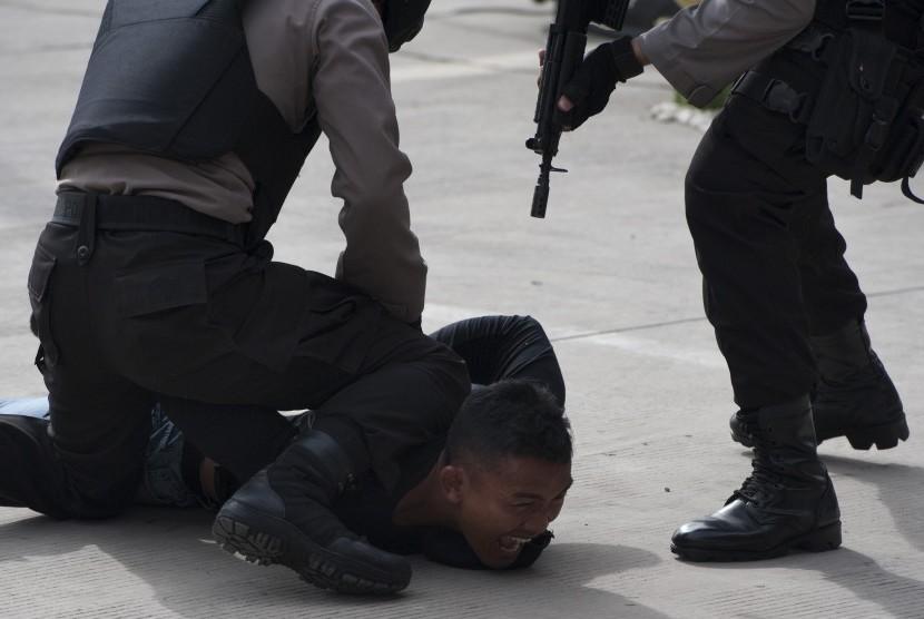 [ilustrasi] Polisi antiteror membekuk teroris yang menyerang delegasi negara asing pada konferensi tingkat menteri saat simulasi penanggulangan teror di Bandara Ngurah Rai, Bali, Jumat (17/11).