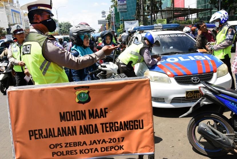 [ilustrasi] Polisi memeriksa kelengkapan surat pengendara saat Operasi Zebra Jaya 2017 di depan Terminal Depok, Jawa Barat, Senin (6/11).